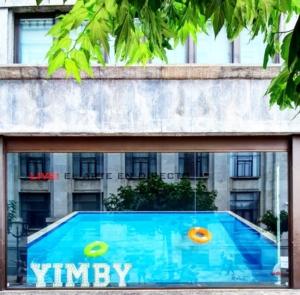 Vista de la piscina desde la calle Ercilla